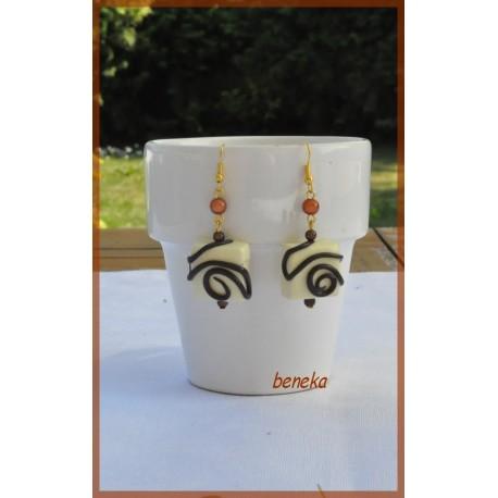 Boucles d'oreilles praliné carré blanc